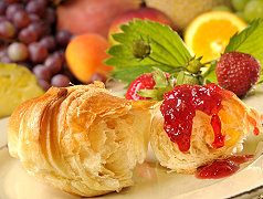 Croissant mit Erdbeermarmelade
